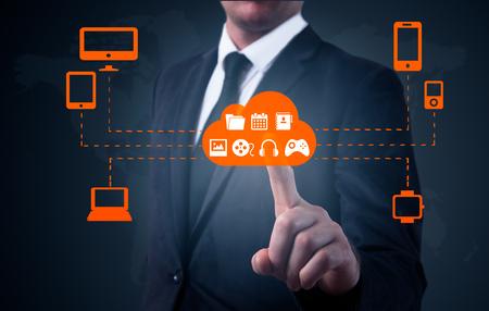 Zakenman het aanraken van een wolk verbonden met een groot aantal objecten op een virtueel scherm, concept over internet van de dingen. Stockfoto