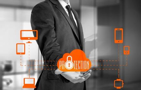 Proteger concepto de nube de datos de información. La seguridad y la seguridad de los datos en la nube.