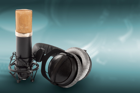 cardioid: Headphones and condenser microphone on the green background. Foto de archivo