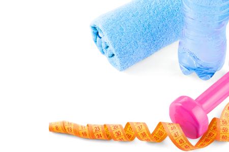 Fitnes symbolen - rode dumbbells, een fles water en een handdoek. Het concept van een gezonde levensstijl.