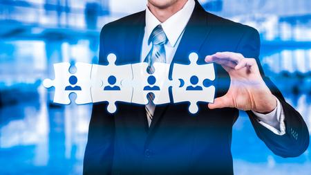 HR - Recursos Humanos - conceito de negócio com o empresário de mão e quebra-cabeça.