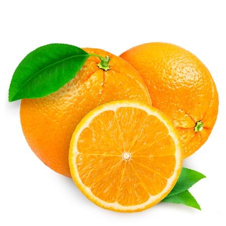 naranja fresca aislada en el fondo blanco
