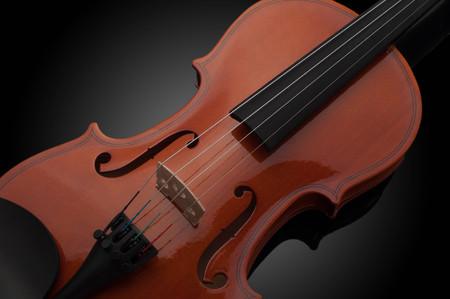 Violinmusikinstrumente der Orchesternahaufnahme auf Schwarz
