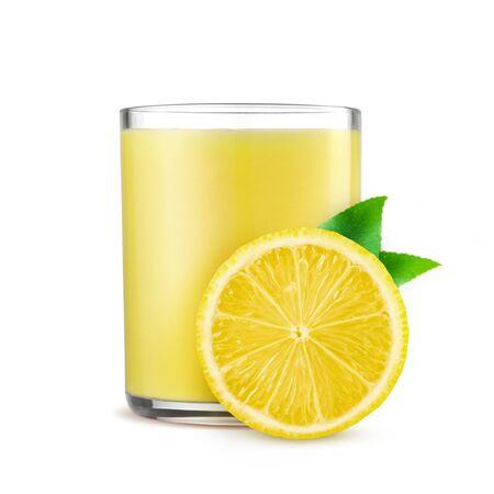 Verre de jus de citron frais sur fond blanc