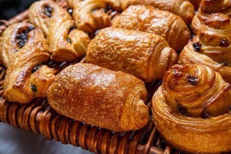 Freshly baked cinnamon buns. Sweet Homemade Pastry baking. Close-up Imagens