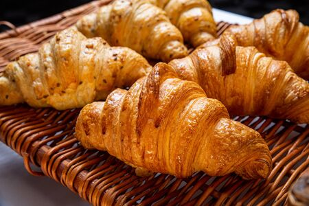 Freshly baked cinnamon buns. Sweet Homemade Pastry baking. Close-up. Archivio Fotografico - 131683151
