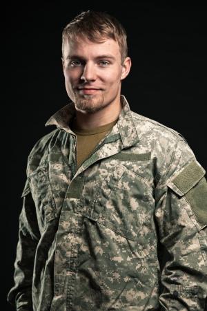 soldado: Joven militar. Sonriente. Retrato del estudio.