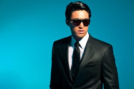 17821488-homme-asiatique-en-costume-avec-des-lunettes-de-soleil-summer-fashion-studio.jpg