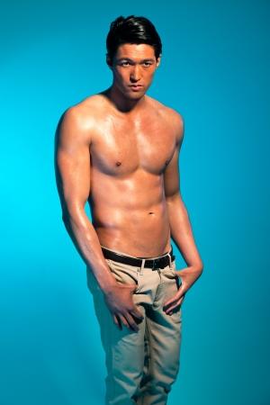 Asian male model: Người đàn ông khỏe mạnh với cơ thể tập thể dục. Anh chàng mát Á. Studio.