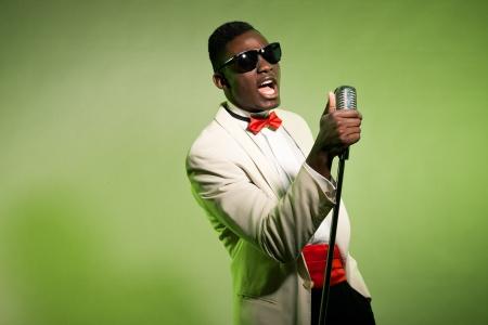 Singing black american man in suit wearing sunglasses. Vintage. Standard-Bild
