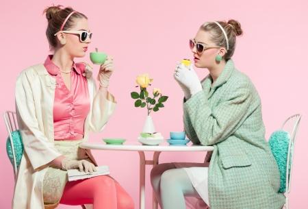 Duas meninas louras beber ch