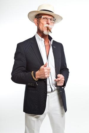 hombre fumando puro: Gangster mafia de fumar cigarros hombre. Aislado en blanco.