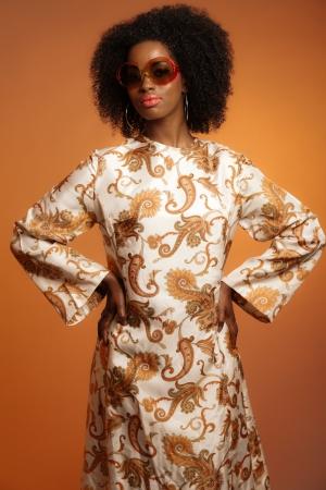 Retro 70er Jahre Mode Afro Frau Mit Sonnenbrille Und Weissem Hut