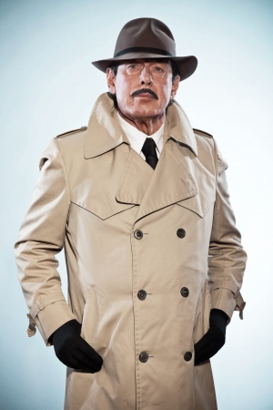 Rétro homme de détective avec une moustache et un chapeau portant imperméable Banque d'images - 20460607