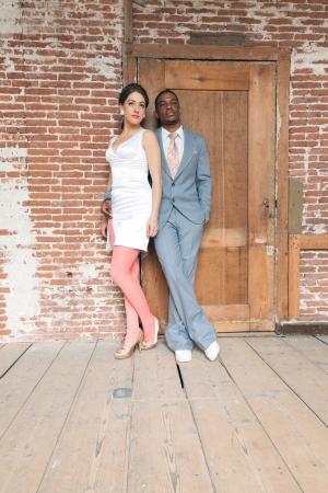 mariage mixte: Vintage Fashion couple de mariage romantique dans le vieux b?timent urbain. M?tisse. Banque d'images