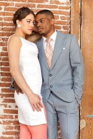 Moda casal casamento rom?ntico vintage no antigo pr?dio urbano. Mesti?a.