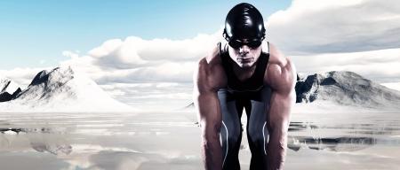 Nageur de triathlon musclé homme avec casquette et des lunettes de plein air dans un lac gelé avec des montagnes de neige et ciel bleu nuageux. Extreme sport de fitness. Banque d'images - 23647828