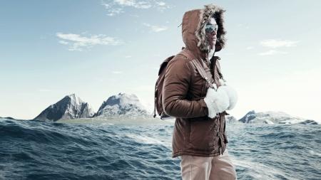 Asian Wintersport Mode Mann mit Sonnenbrille und Rucksack in arktischen Berglandschaft. Tragen braunen Jacke mit Fell Kapuze und weiße Handschuhe. Standard-Bild - 24199900