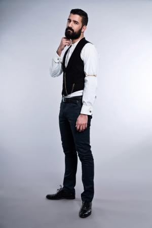 Retro moderno 1900 moda homem com cabelo preto e barba. O est