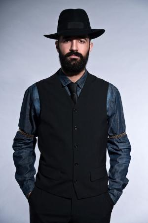 Retro moderno 1900 moda homem de terno com cabelo preto e barba. Vestindo colete al