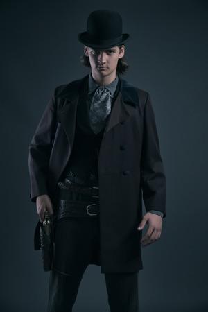 Ocidental homem 1900 moda com cabelo castanho e arma chap
