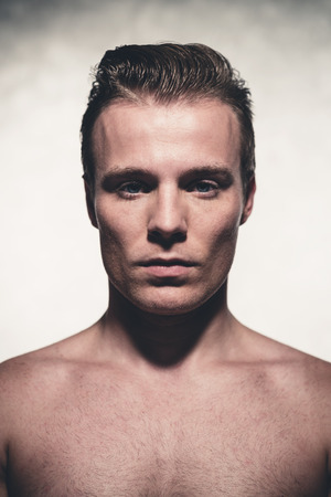 belleza masculina: Apuesto joven con mancha de peinar el pelo rubio. Hombre disparo de la belleza. Retrato del estudio. Foto de archivo