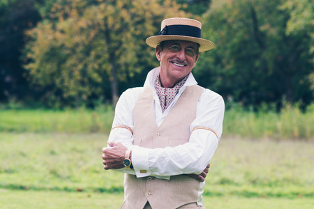 46919989 - Hombre mayor sonriente en traje y sombrero disfrutando de su  propiedad. 89bc6127e54