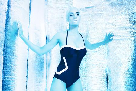 black girl: Futuristische Badebekleidung M�dchen, das in silber reflektierenden Raum.