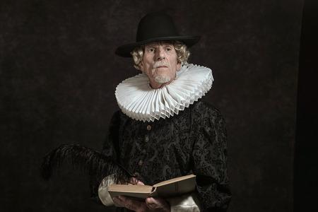 medievales: Retrato oficial del gobernador hist�rica de la �poca dorada. Escribir en el libro. Estudio de disparo contra la pared oscura.
