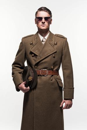 Militar hombre de la manera uniforme sobre fondo blanco.