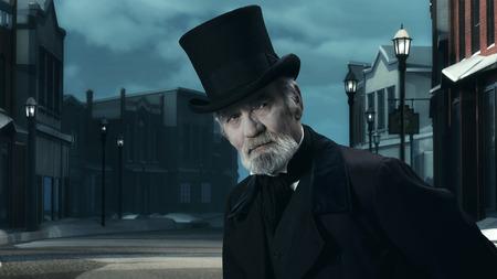 Dickens Scrooge Man in Old Winter Street. Foto de archivo