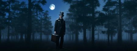 月明かりの下で冬の霧の森でスーツケースを持つディケンズ スクルージ男。