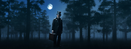 Dickens Scrooge Man with Suitcase in Foggy Winter Forest at Moonlight. 免版税图像