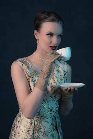 junge nackte m�dchen: L�cheln chique Jahrgang 1950 Mode Frau mit wei�en Tasse Tee.