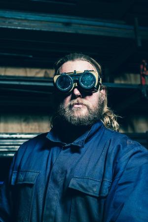 Portret van bebaarde lasser met veiligheidsbril