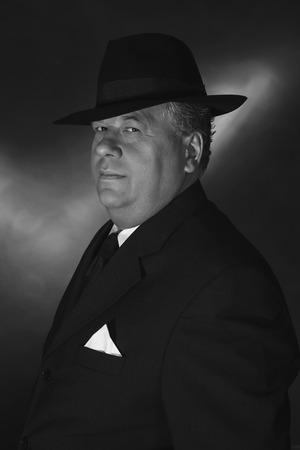 adn: 1930 retro con el sombrero de g�ngster. Retrato cl�sico blanco negro del ADN.