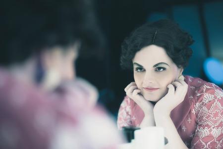 Transgender Frau Jahrgang 1920er Jahre Mode suchen in Spiegel.