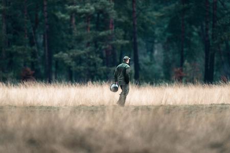 Förster mit Fütterungseimer auf dem Gebiet. Nationalpark Hoge Veluwe.