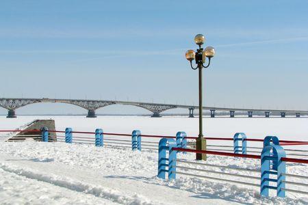 Vista desde el muelle en el puente sobre el r�o congelado de invierno