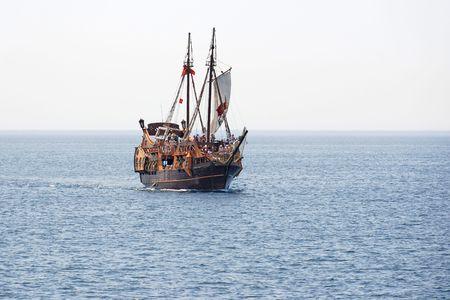Toeristische boottocht op een piraat zeilschip