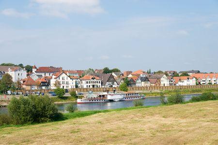 Vapor en el r�o Weser Fachwerkhaus con antecedentes en Minden, Alemania