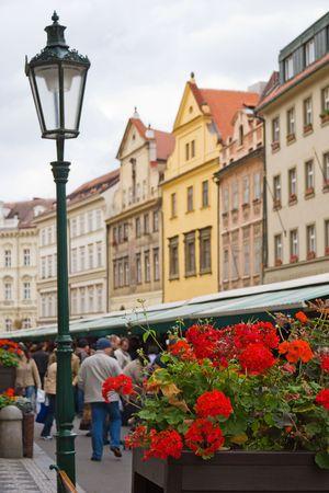 Turistas en el mercado callejero en Praga, Rep�blica Checa