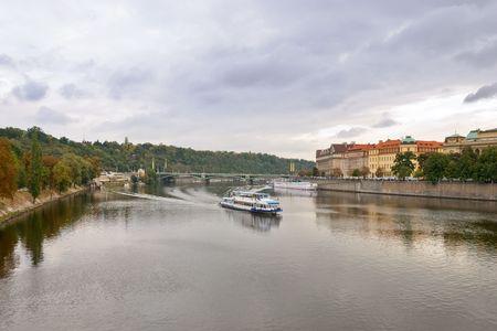 Bekijk op naar Praag vanaf de Karelsbrug