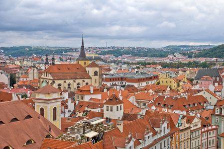 Nublado el cielo por encima de los tejados de la vieja Praga