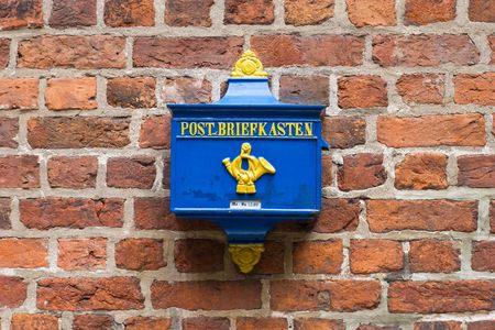 Retro Postbox op een muur in Duitsland