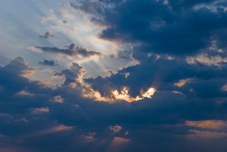 Rayo brillando a trav�s de las nubes oscuras