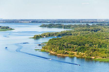 Lucht foto naar de rivier met motor en waterskiën