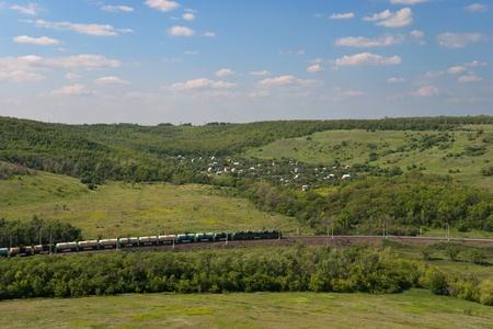 Goederentrein Going door Railway Tegen Zomer Landschap Stockfoto