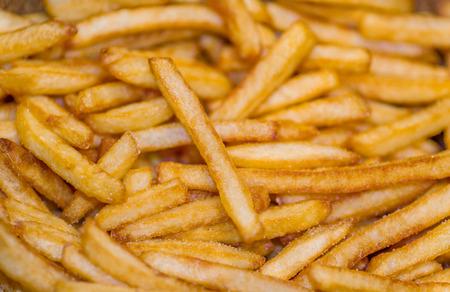 comida inglesa: Primer plano de un mont�n de papas fritas franc�s Foto de archivo
