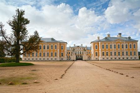 rundale: Palazzo Rundale, Lettonia, Europe.The � stato costruito nel 1730 per progettare da Bartolomeo Rastrelli come residenza estiva per Biron, il Duca di Curlandia. Editoriali